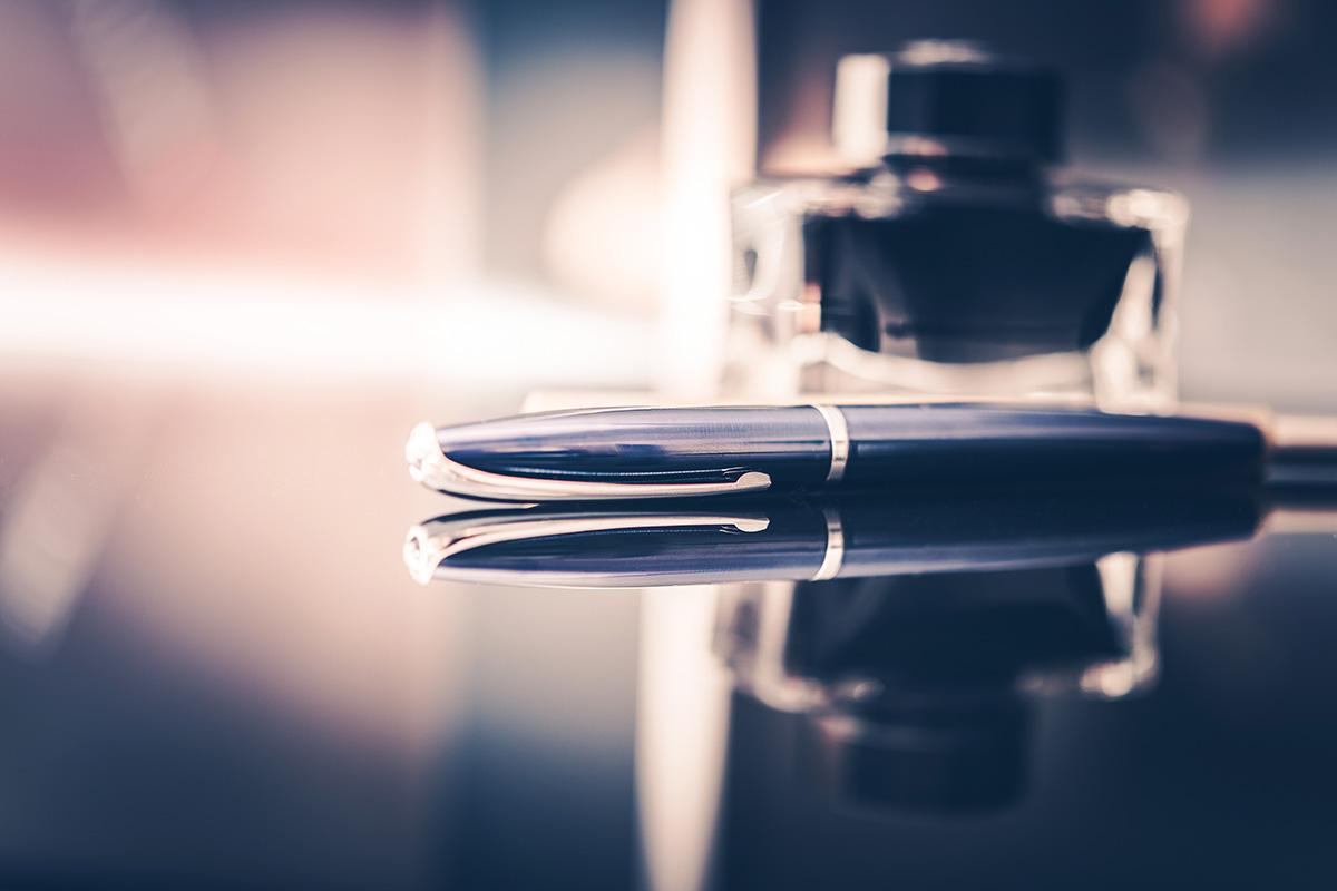 Jaka jest różnica między piórem kulkowym a długopisem?